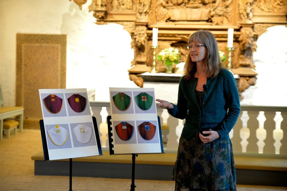 Sognepræst Helle Brink i forbindelse med præsentationen af de fire nye messehagler, nu indvies den sidste. Arkivfoto: Jens Nielsen