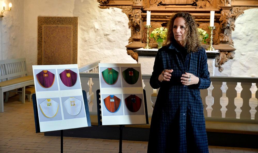 Den annerkendte kunstner, Maja Lise Engelhardt, har designet de fire nye messehagler. Arkivfoto: Jens Nielsen