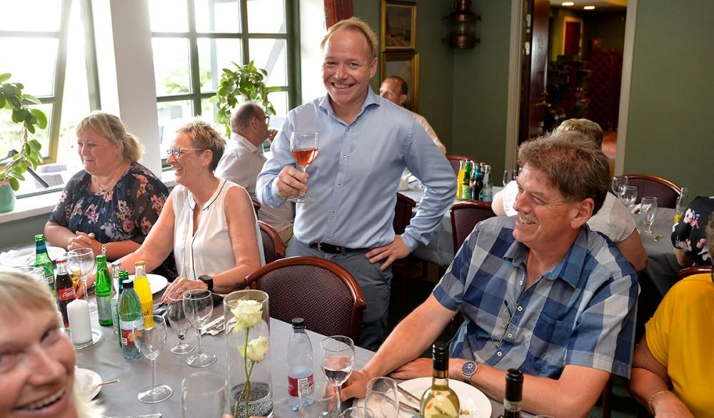 Søren Tullesen skåler med sine mange gæster. Foto: Jens Nielsen