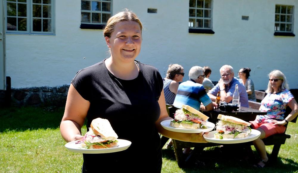 Det er Mathilde Thrysøe, som er uddannet kok, som gæsterne møder påCafé Edderfuglen. Foto: Jens Nielsen