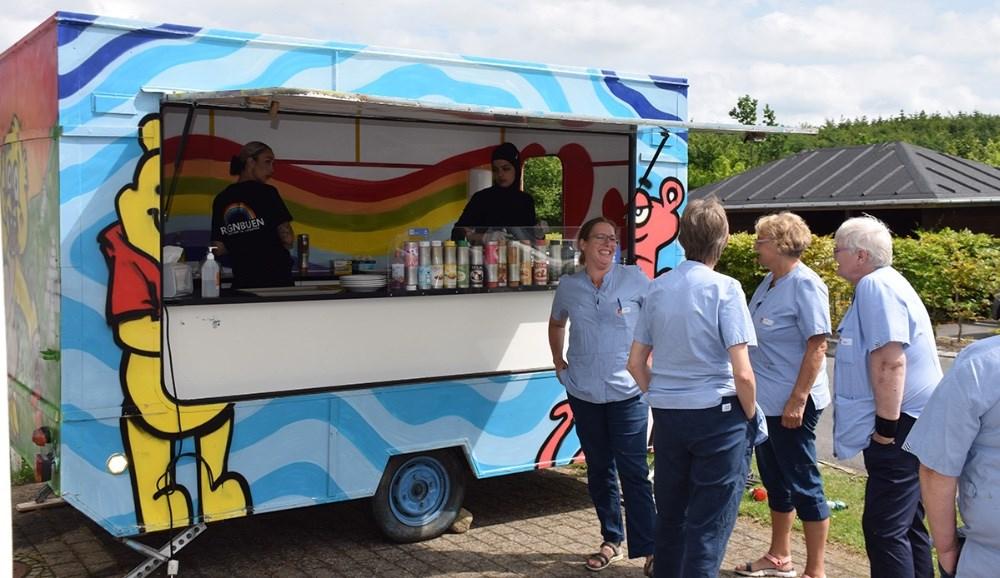 Personalet står i kø for at hente pandekager med is til plejecenterets beboere. Foto: Gitte Korsgaard.