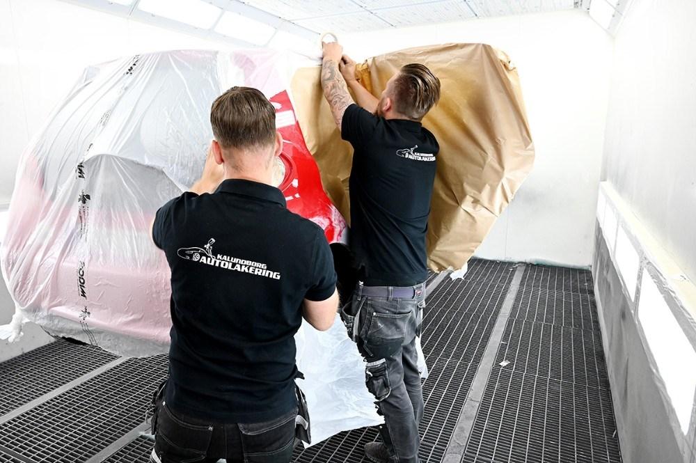 Bilen gøres klar til maling i sprøjtekabinen. Foto: Jens Nielsen