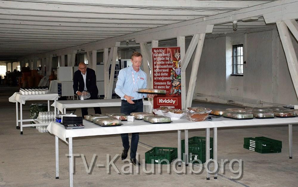 Købmand Peter Egebæk fra Meny Klaundborg gør maden klar til de mange gæster. Foto: Gitte Korsgaard.