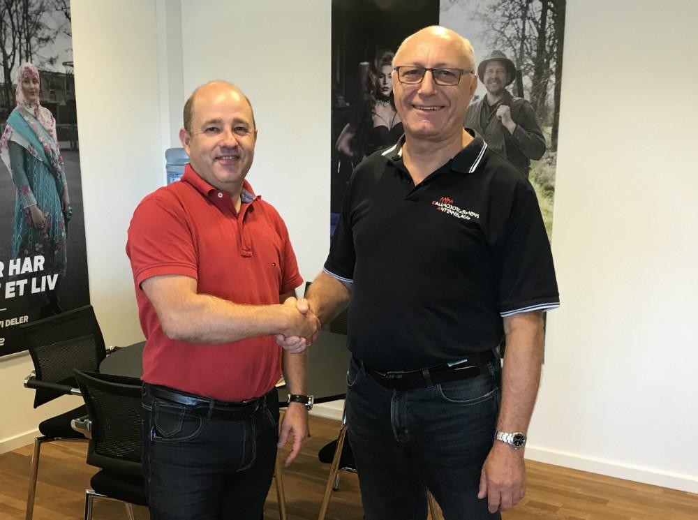 Anders Baagland (tv) og Ivan Thygesen giver hånd på ny aftale.