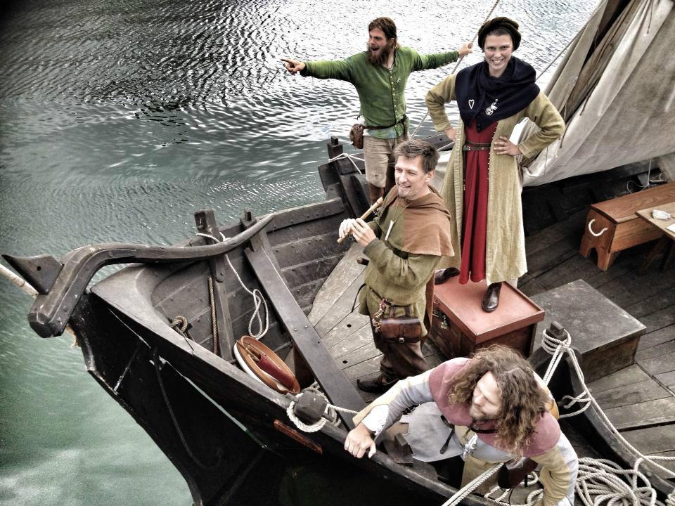Farverige vikinger ved Tissø. Der kommer flere hundrede i flotte dragter. Foto: Claus Sørensen