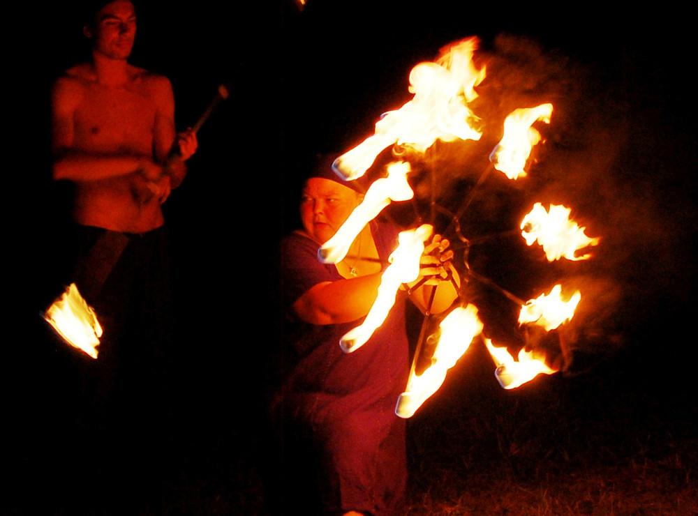 Ildkunstnerne fra ´Dragonflies´ giver show, når mørket sænker sig over vikingelejren. PR-foto.