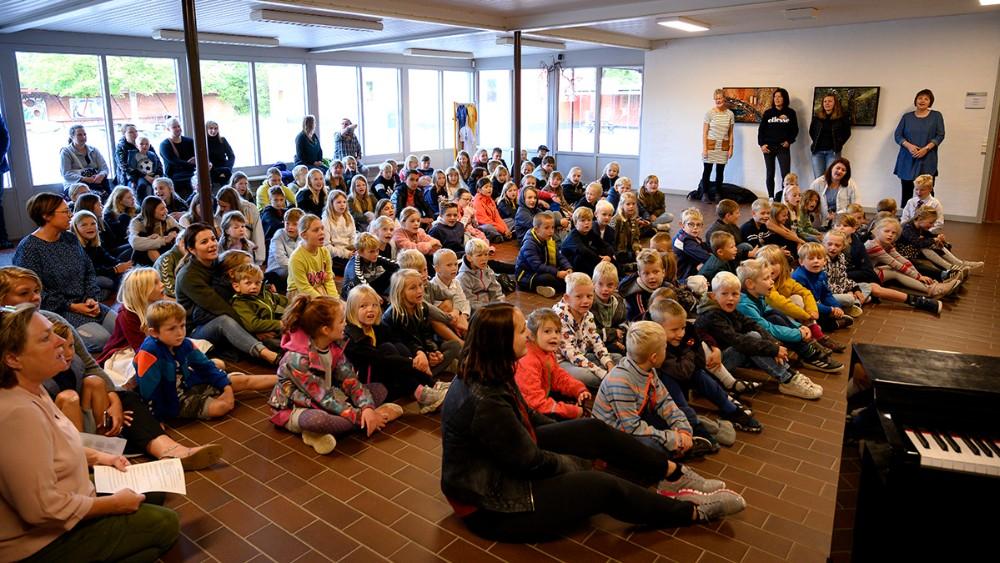 Alle skolens godt 100 elever var samlet fredag morgen for at synge fødselssang. Foto: Jens Nielsen