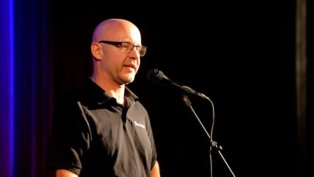 Mogens Gotlob var stand in for Brian Sønder Andersen, og bød velkommen til en totalt udsolgt koncert. Foto: Jens Nielsen