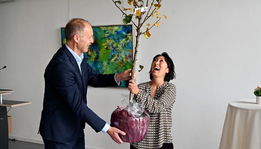 Martin Damm havde et pæretræ med til prismodtageren. Foto: Jens Nielsen