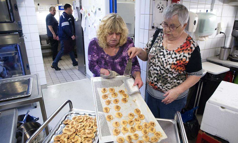 Kirsten Søs Hansen og Bente Ottesen i gang med at bage småkager. Foto: Jens Nielsen