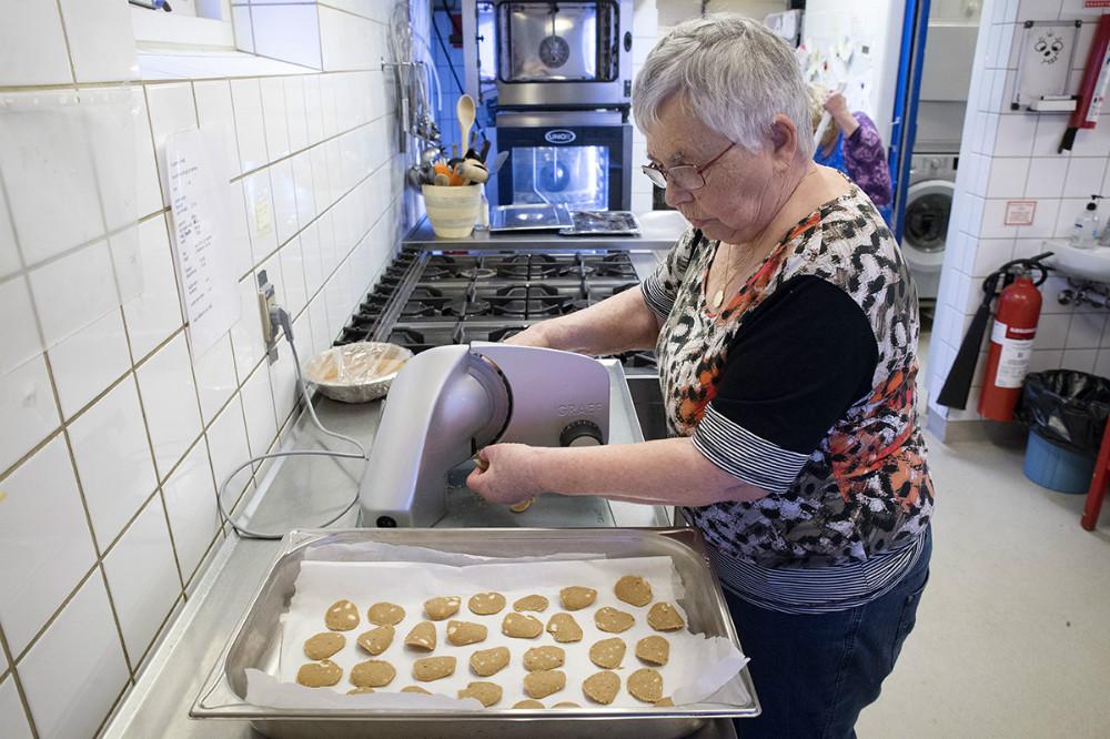 Bente Ottesen i gang med at bage småkager. Foto: Jens Nielsen