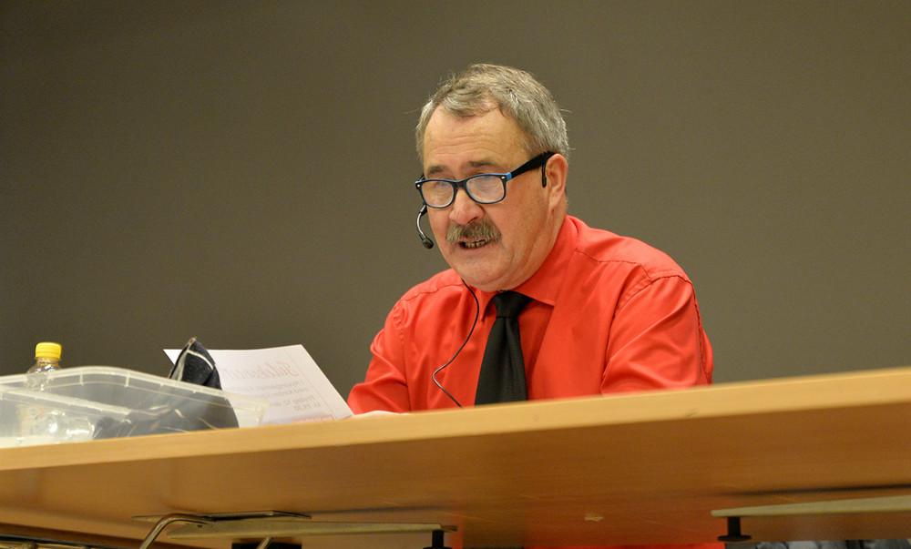 NNiels-Erik Sørensen (i rød skjorte) i gang med at råbe numre op i en lind strøm til årets julebanko. Foto: Jens Nielsen