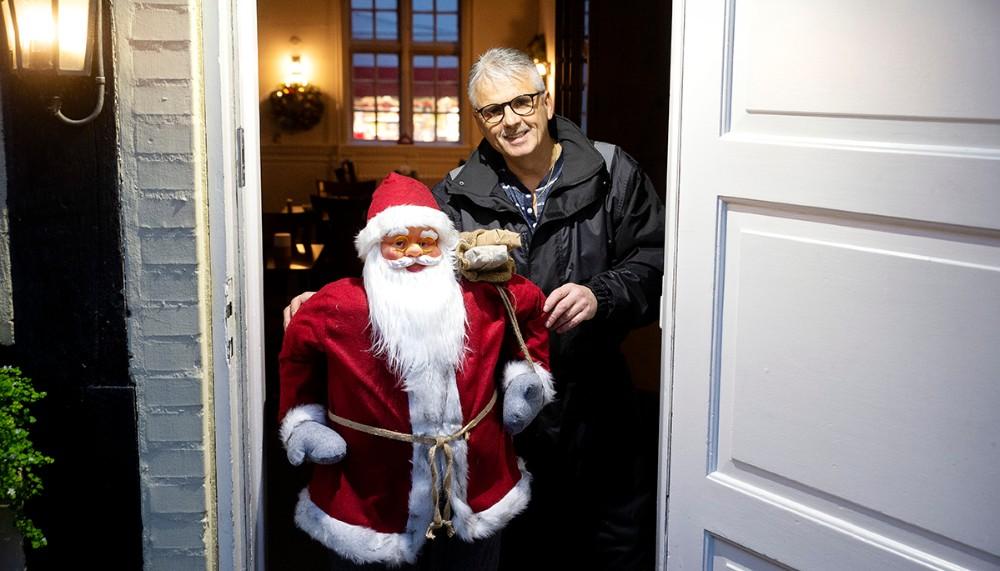 Ole Larsen sammen med nissen, klar til at hygge om kunderne. Foto: Jens Nielsen