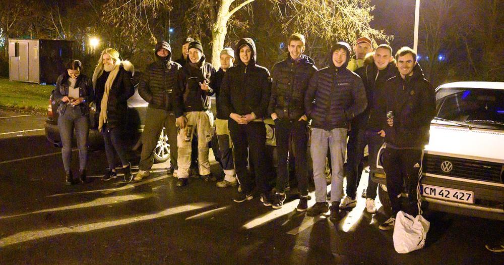En del af de unge som samles på parkeringspladsen ved Hvidebækhallen. Foto: Jens Nielsen