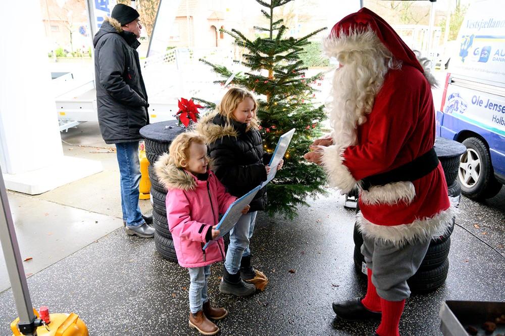 Julemanden sørgede for gaver til børnene. Foto: Jens Nielsen