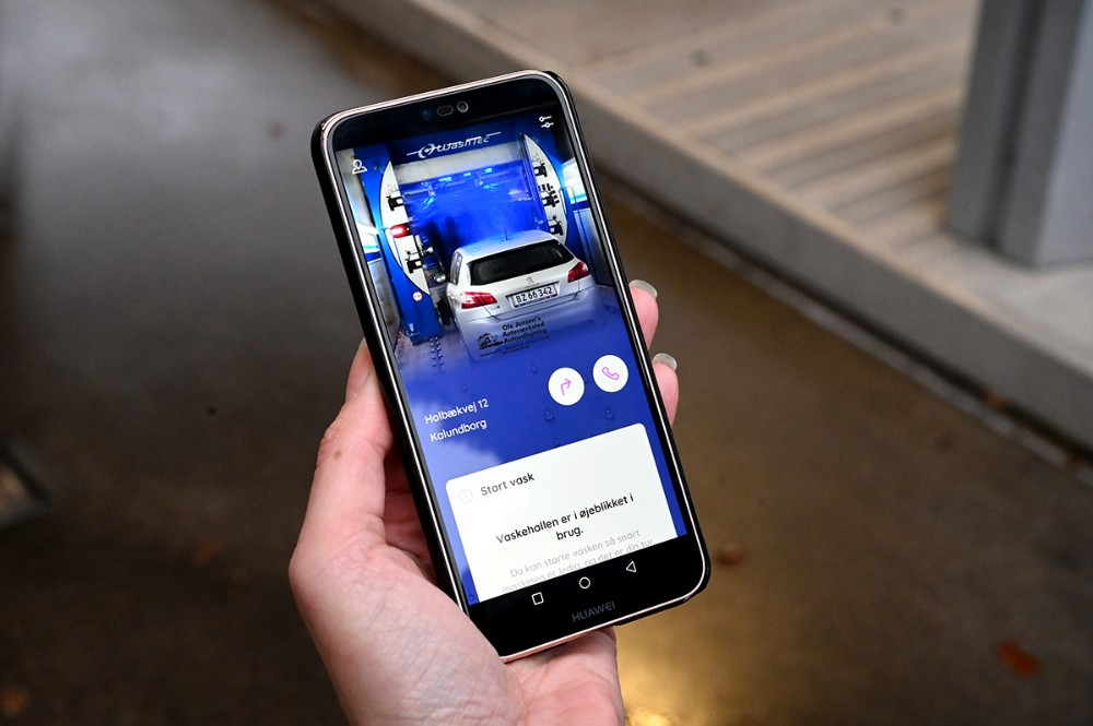 Med en app på telefonen kan man købe sin vask nem og hurtigt, der er også mulighed for at blive siddende i bilen under vask. Foto: Jens Nielsen