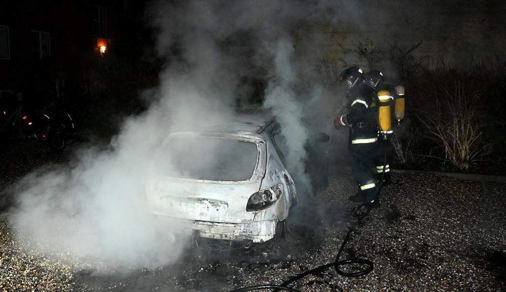 En u indregistreret Peugeot 206 gik op i flammer natten til tirsdag. Foto: Jens Nielsen