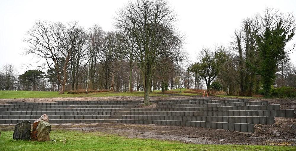 Renoveringen af amfiscenen i Gryden på Møllebakken skrider godt frem. Foto:Jens Nielsen