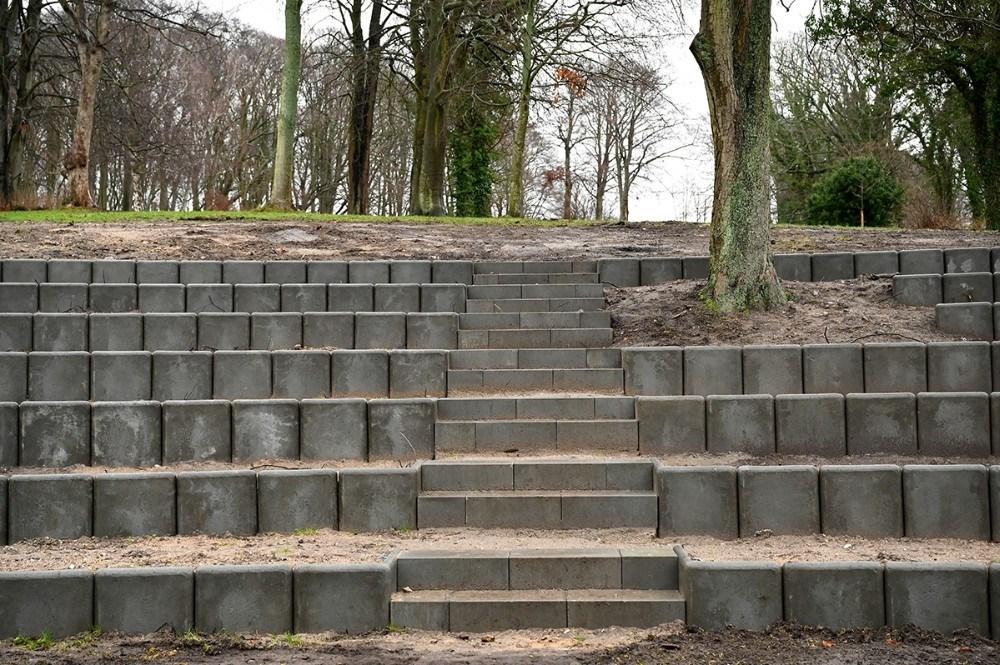 På den nye amfiscene etableres en trappe så det bliver nemmere at komme op på siddetrinene. Foto:Jens Nielsen