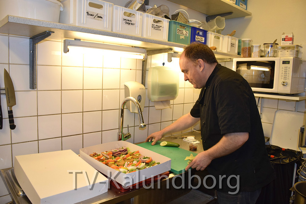 Bo Andersen er netop færdig med smørrebrød til de mange borgere, der kommer og spiser frokost i Kalundborg Medborgerhus. Foto: Gitte Korsgaard.