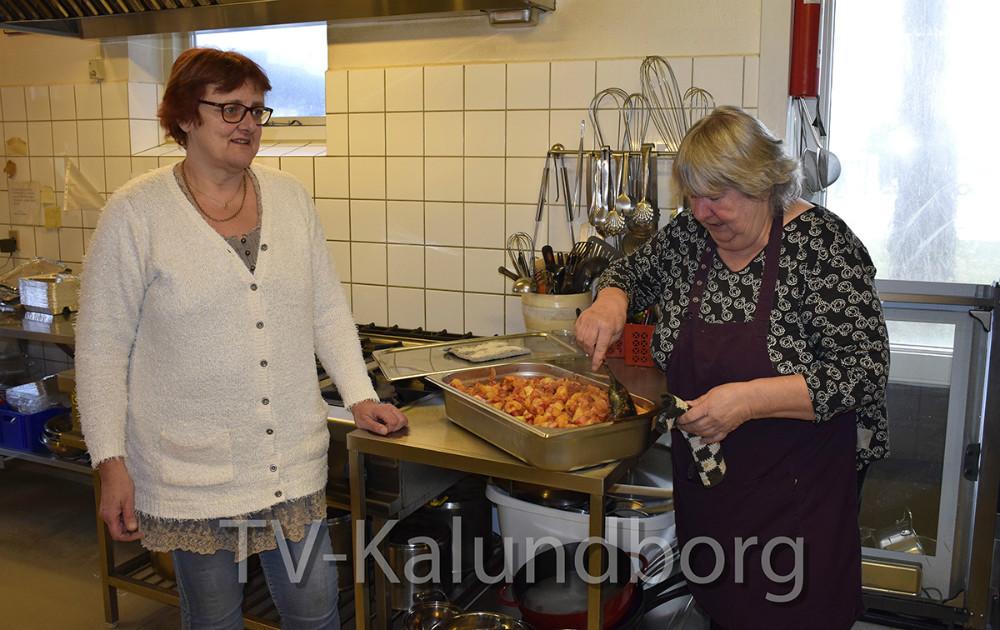 Marianne Madsen (th) og Gitte Madsen er i gang i køkkenet i Kalundborg Medborgerhus. Foto: Gitte Korsgaard