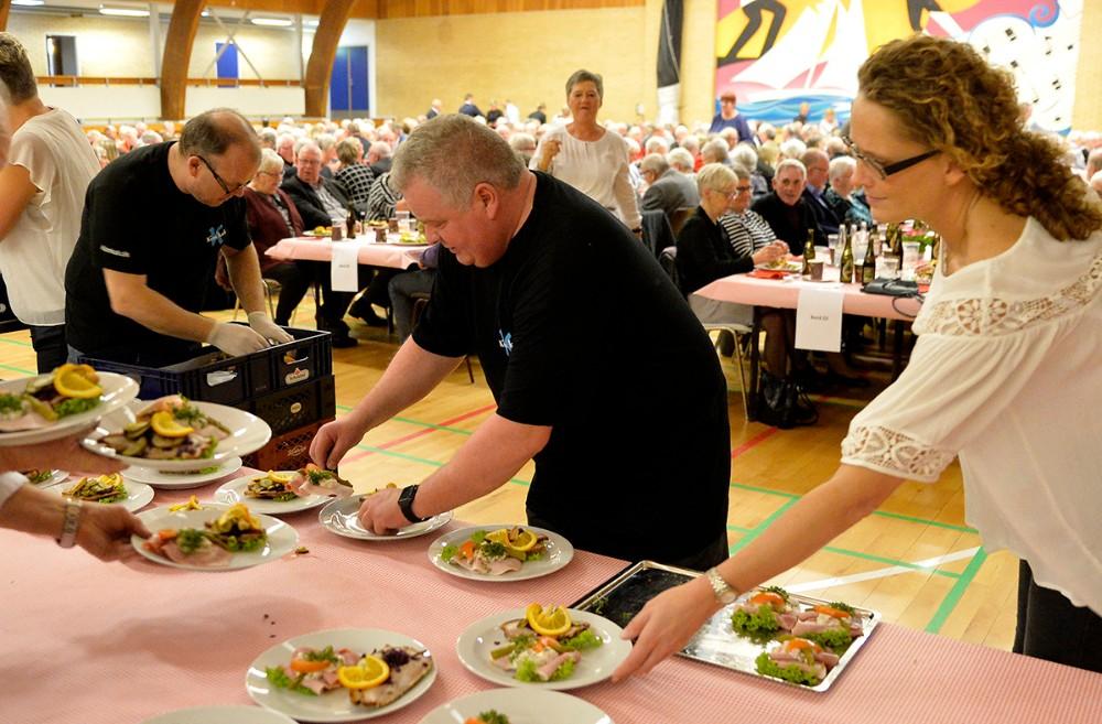 Kim Kok og de mange hjælpere i gang med maden. Foto: Jens Nielsen