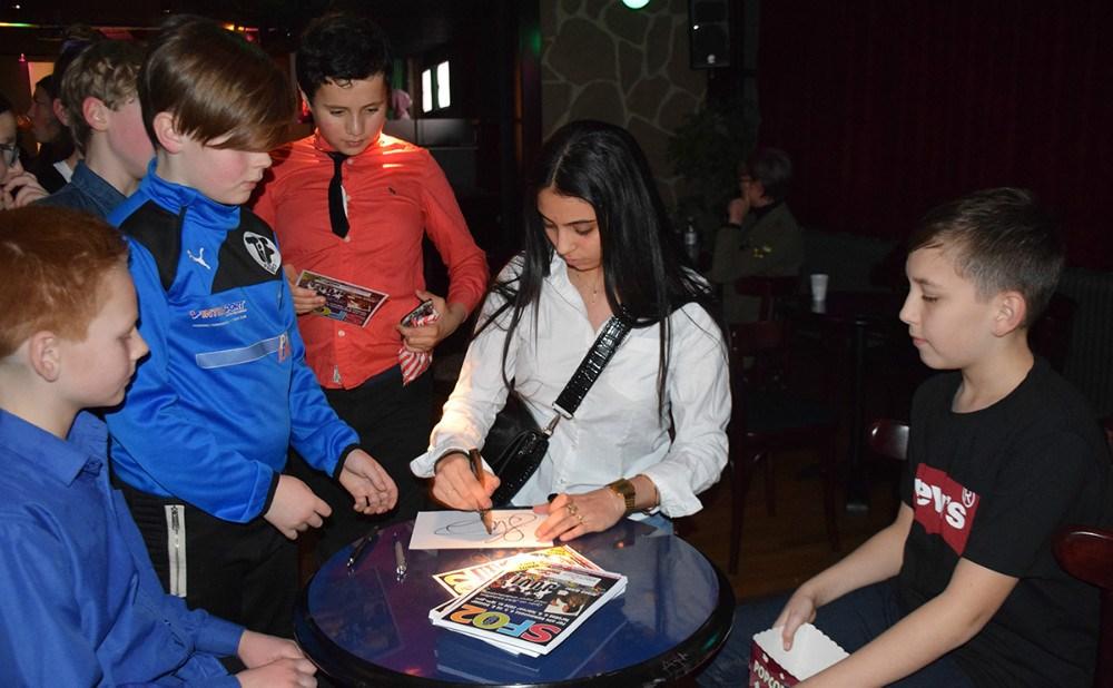 17-årig Hibeh, der vandt talentkonkurrencen i Juvi Klubben sidste år, skrev autografer efter, at hun havde optrådt i Juvi Klubben torsdag aften. Foto: Gitte Korsgaard.
