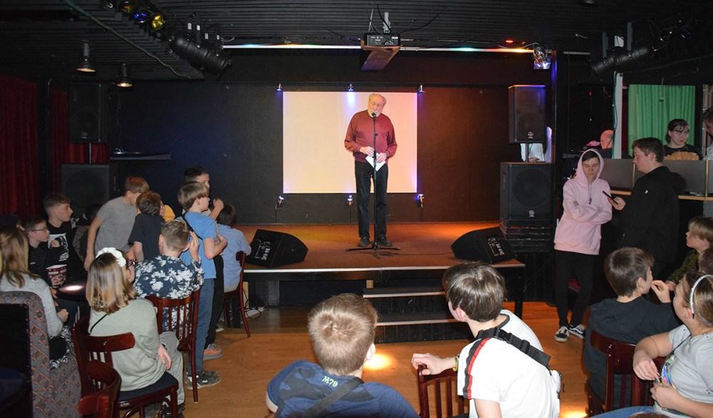 Richard Poulsen byder velkommen til Hibeh, der gav tre numre på scenen. Foto: Gitte Korsgaard.