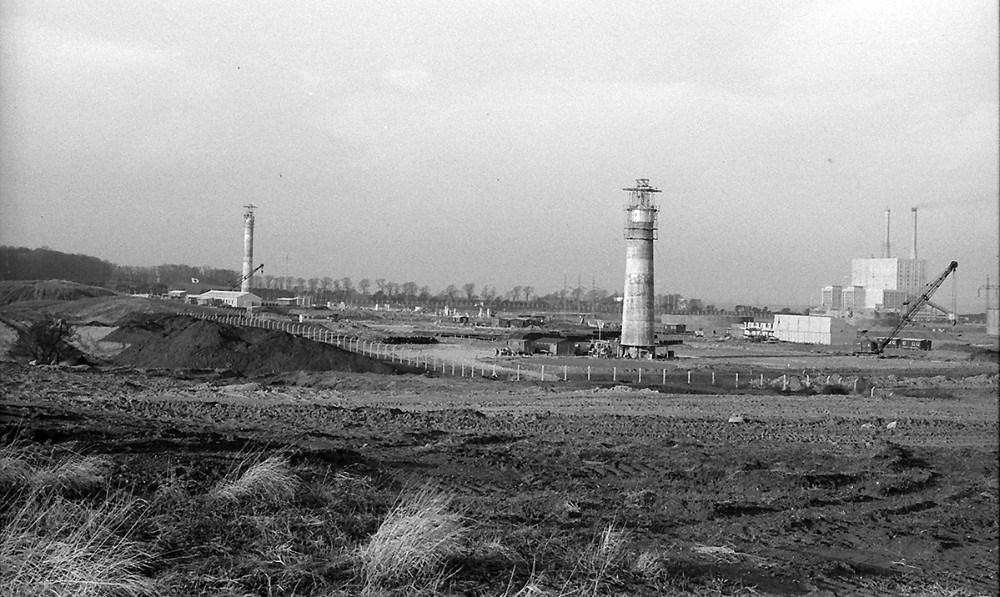 Raffinaderiet tager form på en mark i Årby. Foto: Henry Frederiksen