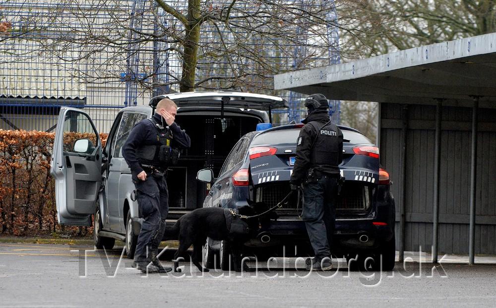 Politiet er massivt tilstede på Klosterparkvej torsdag omkring middag. Foto: Jens Nielsen