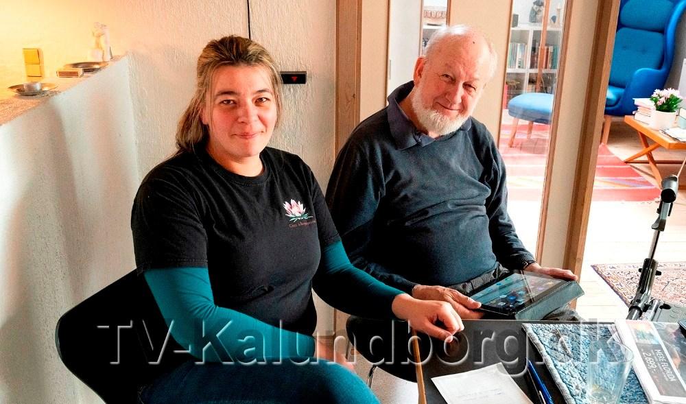 Gitte Martinsen hjælper bl.a. med hjælp til mobiltelefon og ipad, her sammen med en af hendes kunder, Sven Bækgaard Høng. Foto: Jens Nielsen