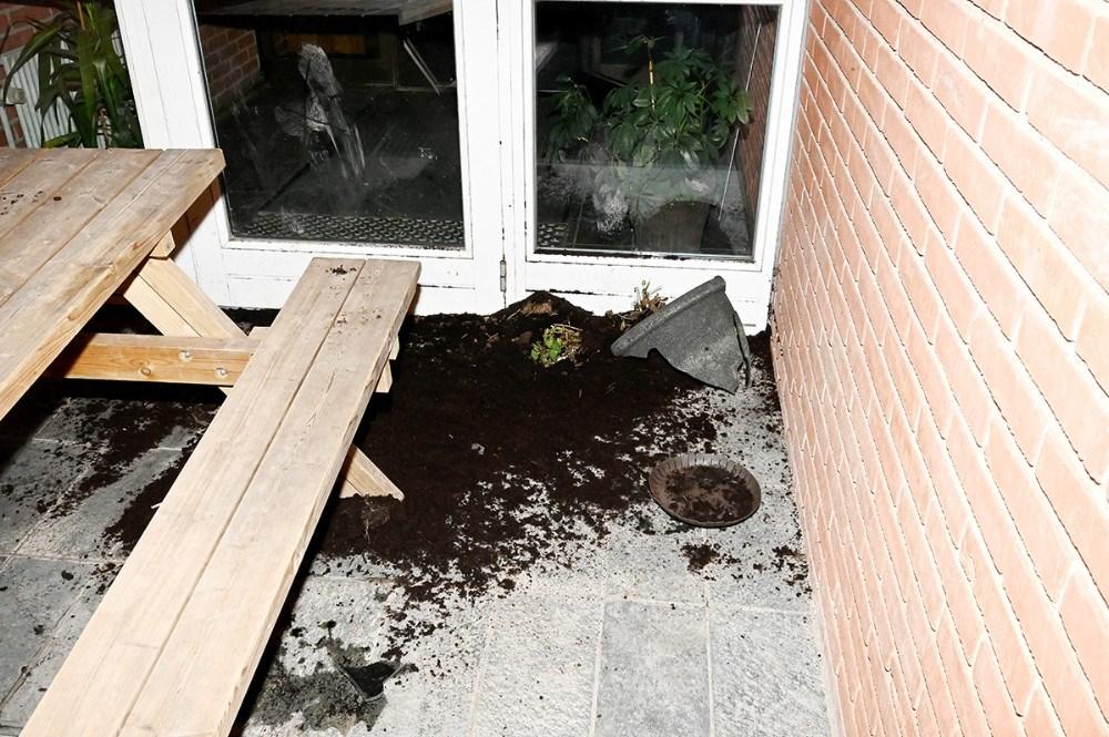 En blomsterkumme er blevet smadret foran døren til skolen. Foto: Jens Nielsen