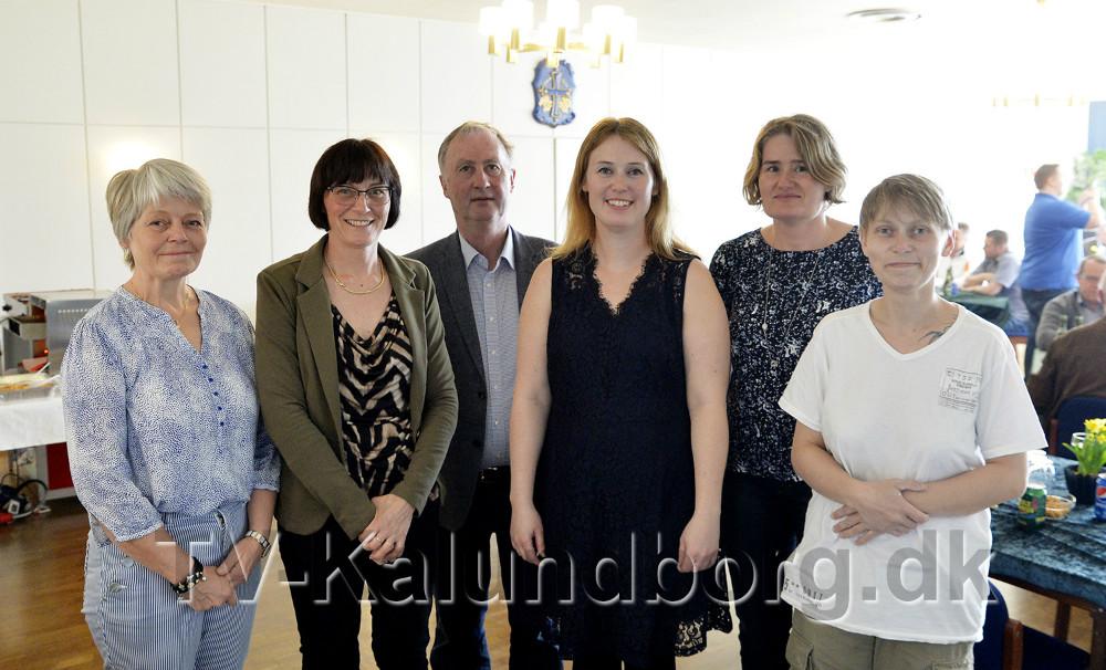 Janni Falster sammen med hele firmaets personale. Foto: Jens Nielsen