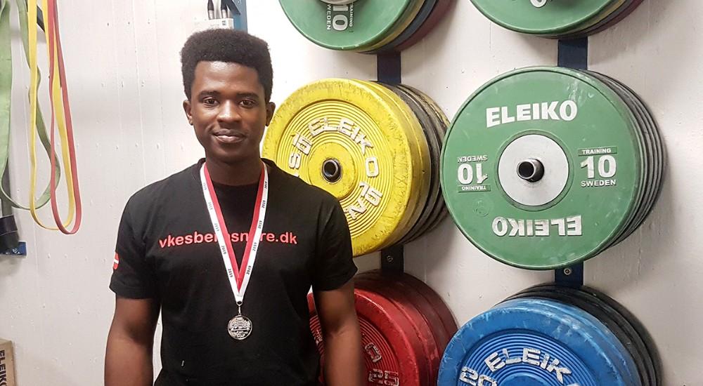 Allan Mwiseneza fra Kalundborgvandt sølv ved DM i vægtløftning for juniorer. Privatfoto