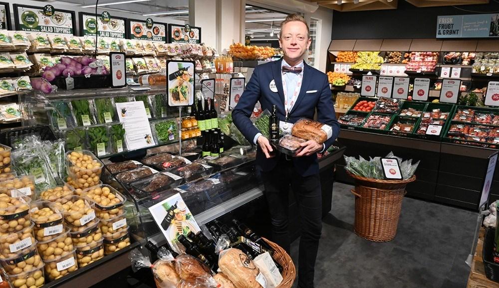 Købmand Peter Egebæk foran kølemontren med alle varerne til den lækregrillet lammesteak sandwich. Foto: Jens Nielsen