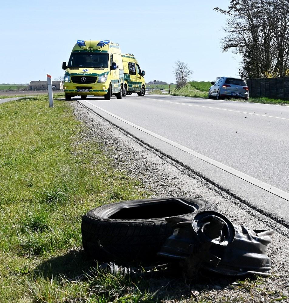 Venstre forhjul blev revet af personbilen ved sammenstødet. Foto: Jens Nielsen