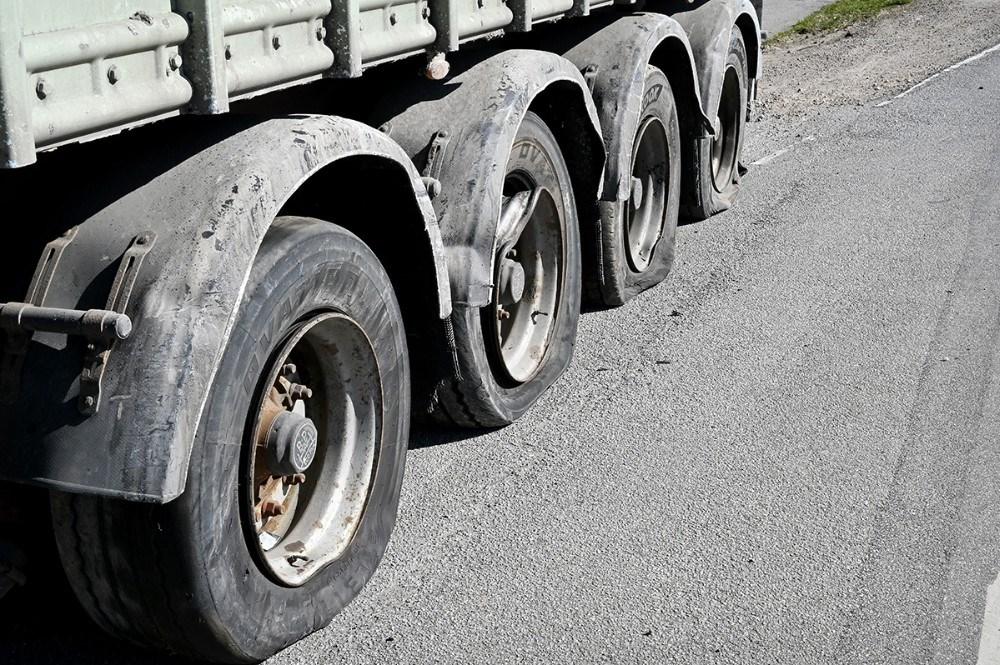 Alle fire dæk på sættevognen eksploderede ved uheldet. Foto: Jens Nielsen
