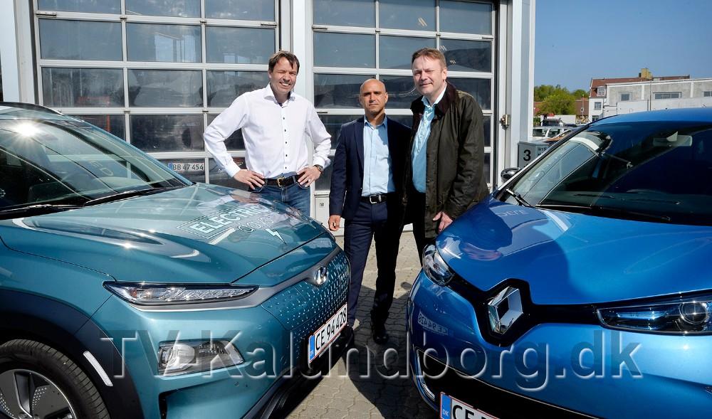 De tre lokale folketingskandidater, fra venstre, Jeppe Hedegaard Sørensen (B),Jonas Ghiyati (SF) ogJesper Wienmann Hansen (K), er klar til en snak om elbiler og grøn omstilling nu på lørdag. Foto: Jens Nielsen