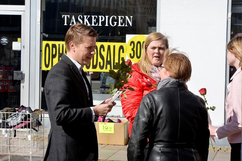 Valgkampen er skudt i gang, her Rasmus Horn Langhoff (A) i Kordilgade. Foto: Jens Nielsen