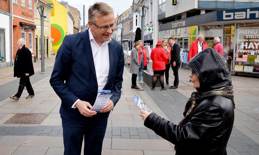 Jacob Jensen (V) i Kordilgade med sit valgmateriale. Foto: Jens Nielsen