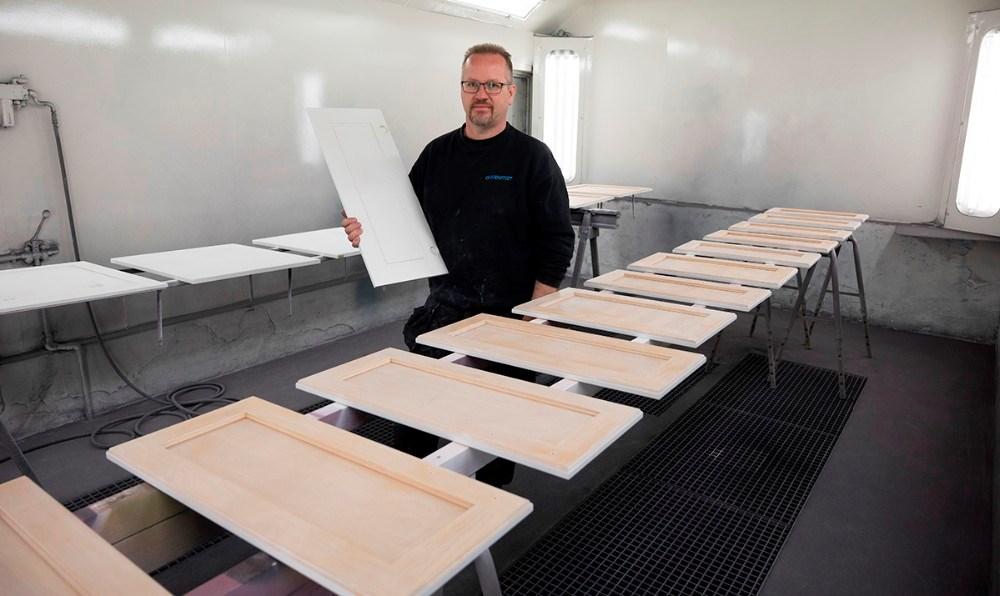 Mange vælger at få malet deres køkkenlåger, så er det som at få et helt nyt køkken. Foto: Jens Nielsen