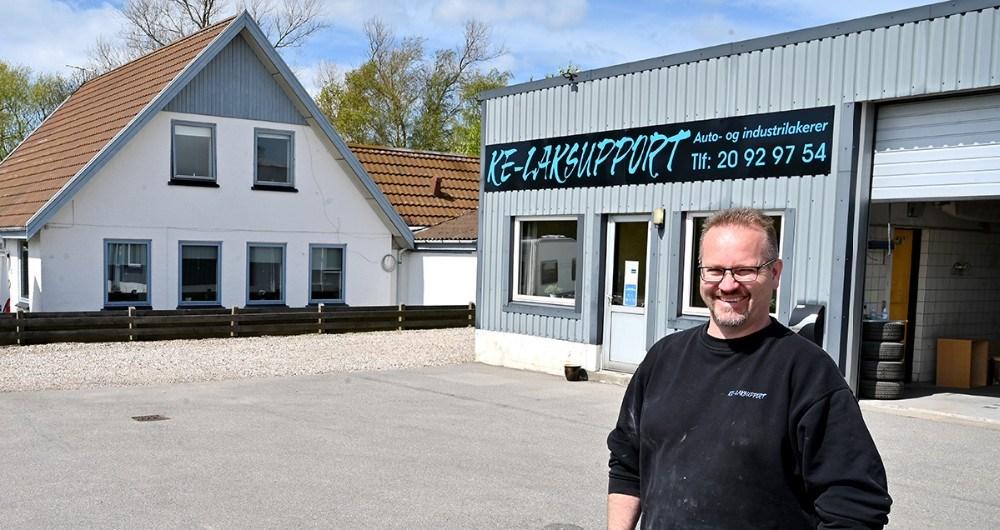 Det er to år siden at Kasper Elmeskov rykkede ind på Holbækvej 149, nu har han også købt både værksted og privatbolig. Foto: Jens Nielsen