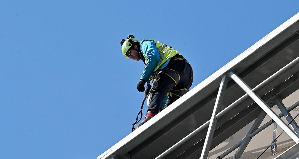 Man skal ikke lide af højdeskræk, arbejdet foregår i 35 meters højde. Foto: Jens NielsenFoto: Jens Nielsen