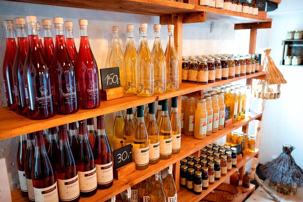 Masser af specialiteter på hylderne i den nye gårdbutik. Foto: Jens Nielsen