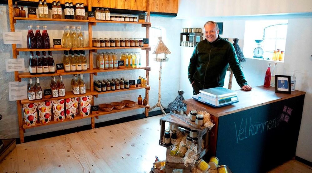 Tom Hansen i den nye gårdbutik, som åbner lørdag. Foto: Jens Nielsen