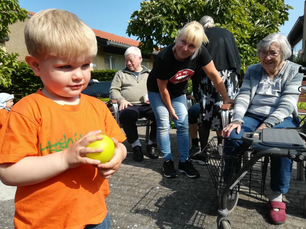 Dagplejebørnene fra Hobitten var på besøg hos de ældre på Rørmosecentret. Privatfoto.