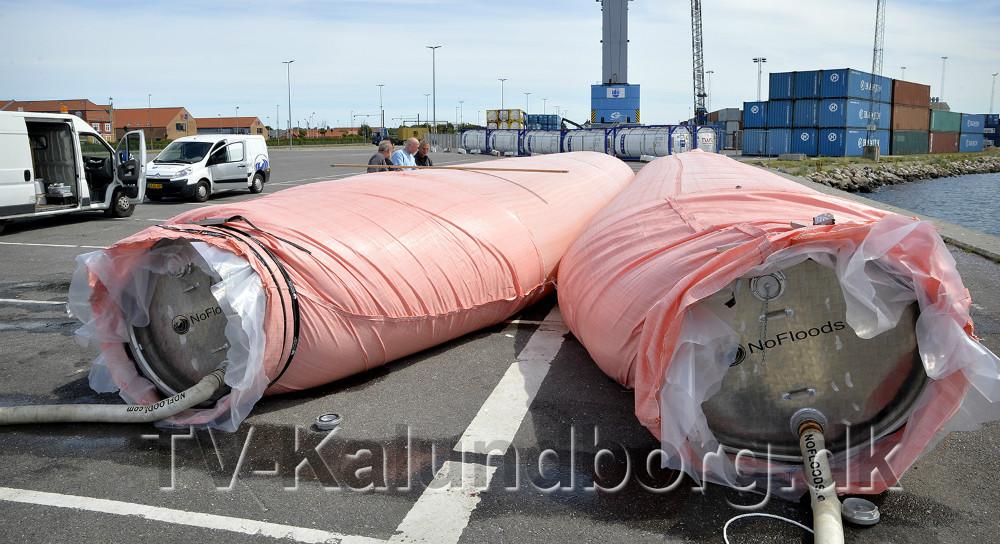 Medarbejdere fra Environment Solution i Kalundborg er i gang med at teste to store watertubes på Kalundborg Havn. Foto: Jens Nielsen