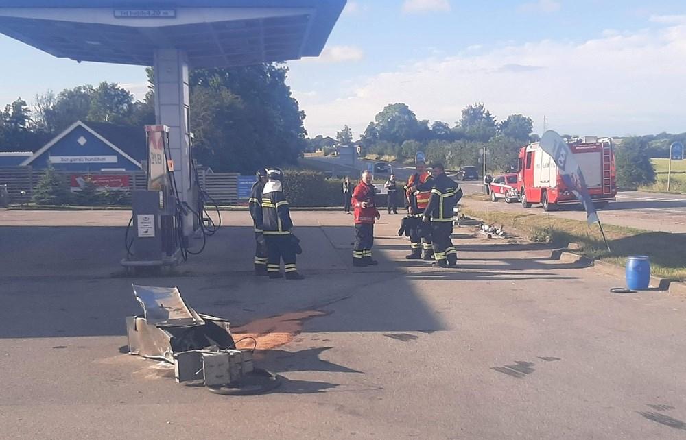 Tirsdag aften blev en dieselstander på tankstationen på Bjerge Landevej påkørt, og føreren fortsætter væk derfra.Privatfoto.