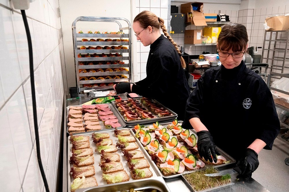 Jeanette og Melani har travlt i køkkenet med at gøre de mange stykker smørrebrød klar til salg. Foto: Jens Nielsen