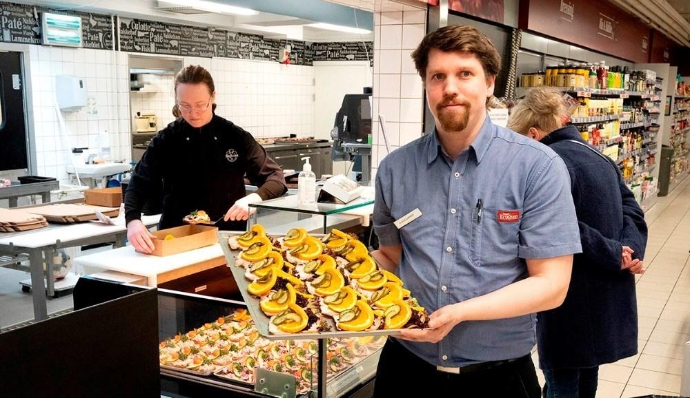 Uddeler Claus Larsen med et helt fad af lækkert smørrebrød. Foto: Jens Nielsen